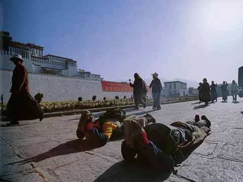 Pilgrims Circumambulating And Prostrating Around Potala Palace In Lhasa - Buddhism: Eight Steps To Happiness by Dieter Glogowski book
